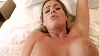 Мачеха с огромными дойками трахнула молодого пасынка на кровати