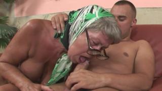 Бабушка в платке иногда любит заняться и инцест-сексом с родным и молодым внуком