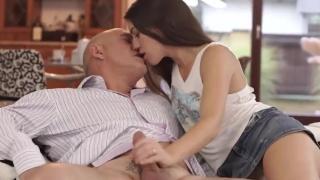Дочь с бритой вагиной согласилась на инцест и дала трахнуть себя родному отцу
