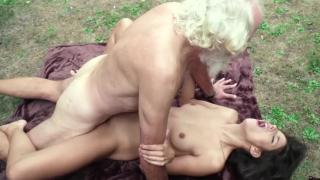 70 летний дедушка трахает 18 летнюю внучку прямо на лужайке у дома